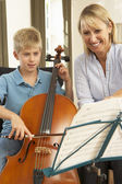 Ragazzo a suonare il violoncello nella lezione di musica — Foto Stock