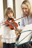 Young girl playing violin in music lesson — Foto Stock