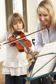 Giovane ragazza suona il violino nella lezione di musica — Foto Stock