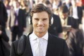 Maschio pendolare in folla indossando cuffie — Foto Stock