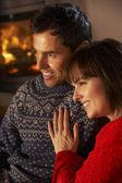средний возрасте пара гостиная диван смотреть телевизор по уютным камином — Стоковое фото