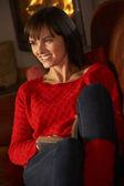 Mujer edad media relajante con libro de acogedora chimenea — Foto de Stock