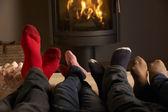 Close up de familys pieds relaxants par cheminée confortable avec marshmal — Photo