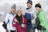 Famille en vacances de ski dans les montagnes — Photo