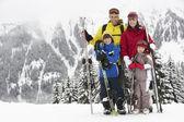 Famiglia in vacanza sci in montagna — Foto Stock