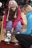 Satış asistanı kiralık kayak botları denemek için genç kıza yardım — Stok fotoğraf