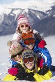 Dağlarda kayak tatilde eğlenmek çocukların grup — Stok fotoğraf