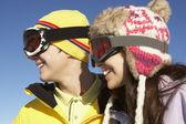 两个少年滑雪度假山 — 图库照片