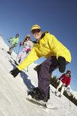Famiglia adolescente in vacanza sci in montagna — Foto Stock