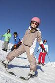在山中滑雪度假家庭 — 图库照片