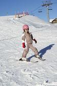 Jovem esqui descida enquanto estava de férias nas montanhas — Foto Stock