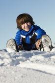 小男孩在山中而假期玩在雪中 — 图库照片