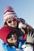 Anne ve kızı dağda kayak tatilde eğlenmek — Stok fotoğraf