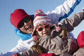 Madre e hija se divierten en vacaciones de esquí en las montañas — Foto de Stock