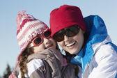 母亲和女儿在山中滑雪度假开心 — 图库照片