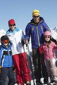 Familia de vacaciones de esquí en las montañas — Foto de Stock