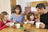 Família tomando café da manhã juntos na cozinha — Foto Stock
