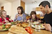 Familia comiendo juntos en cocina — Foto de Stock