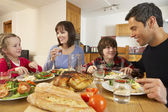 Família almoçando juntos na cozinha — Foto Stock