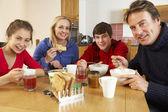 Aile birlikte mutfakta yemek kahvaltı — Stok fotoğraf