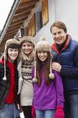 Kayak tatili chalet dışında duran aile portresi — Stok fotoğraf