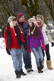 Teenage aile kayak merkezinde karlı sokak boyunca yürüyüş — Stok fotoğraf