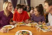 Rodina společně jíst oběd v restauraci — Stock fotografie