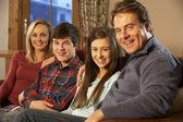 Birlikte kanepede rahatlatıcı aile portresi — Stok fotoğraf