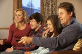 Portrait de famille, se détendre sur le canapé ensemble regarder la télévision — Photo