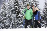 滑雪度假对年轻夫妇在山 — 图库照片