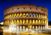 Koloseum v noci, řím, itálie — Stock fotografie