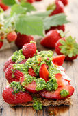 Strawberry toast with pesto and fresh strawberries. — Stock Photo