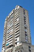 Alto edificio concreto sobre cielo azul — Foto de Stock