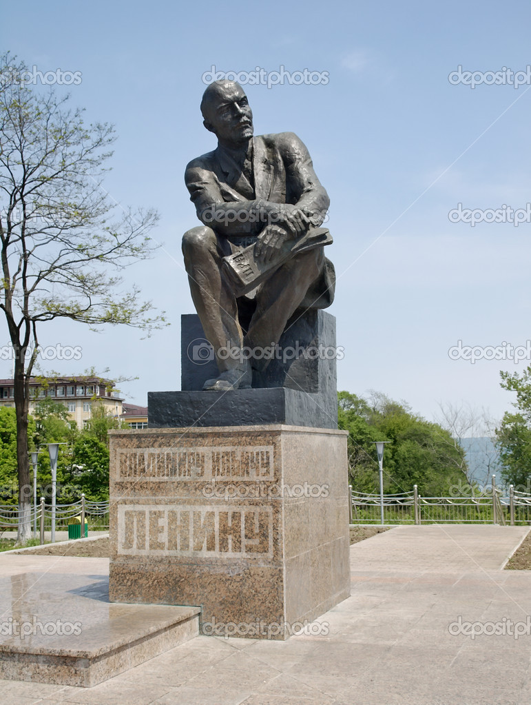 Monument to Lenin in the central area of town Nakhodka (set July 12, 1984).  Sculptor Michael Anikushin. — Stock Photo #11097173
