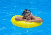 Jongen opleggen van rubberring in zwembad — Stockfoto