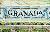 Sinal de granada ao longo de uma parede de mosaico — Foto Stock