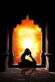Yoga-silhouette im tempel — Stockfoto