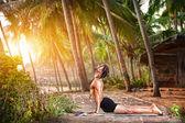 Yoga en el trópico — Foto de Stock