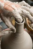 Händerna på en krukmakare, skapa ett lerkärl burk på cirkeln — Stockfoto