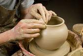 Mãos do oleiro, criando uma jarra de barro de argila branca — Foto Stock
