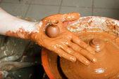 Ręce garncarza, tworząc mały słoik ziemnych — Zdjęcie stockowe