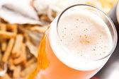 Bier met snack — Stockfoto