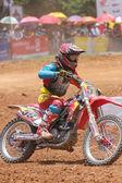 Motocross jezdec chystá skočit — Stock fotografie
