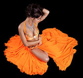 Sexy danseuse orientale en costume orange — Photo