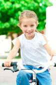 Holka na kole v parku — Stock fotografie