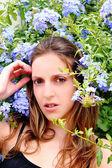 žena v přírodě mezi květy, gesto — Stock fotografie