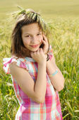 Ung vacker flicka i ett fält av vete — Stockfoto