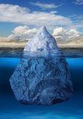 在海洋中漂浮的冰山 — 图库照片
