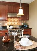 Kök granit bänkskiva med tallrik och glas. — Stockfoto