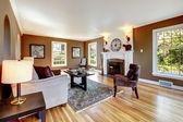 Klasická hnědá a bílá obývací pokoj s dřevěnou podlahou. — Stock fotografie